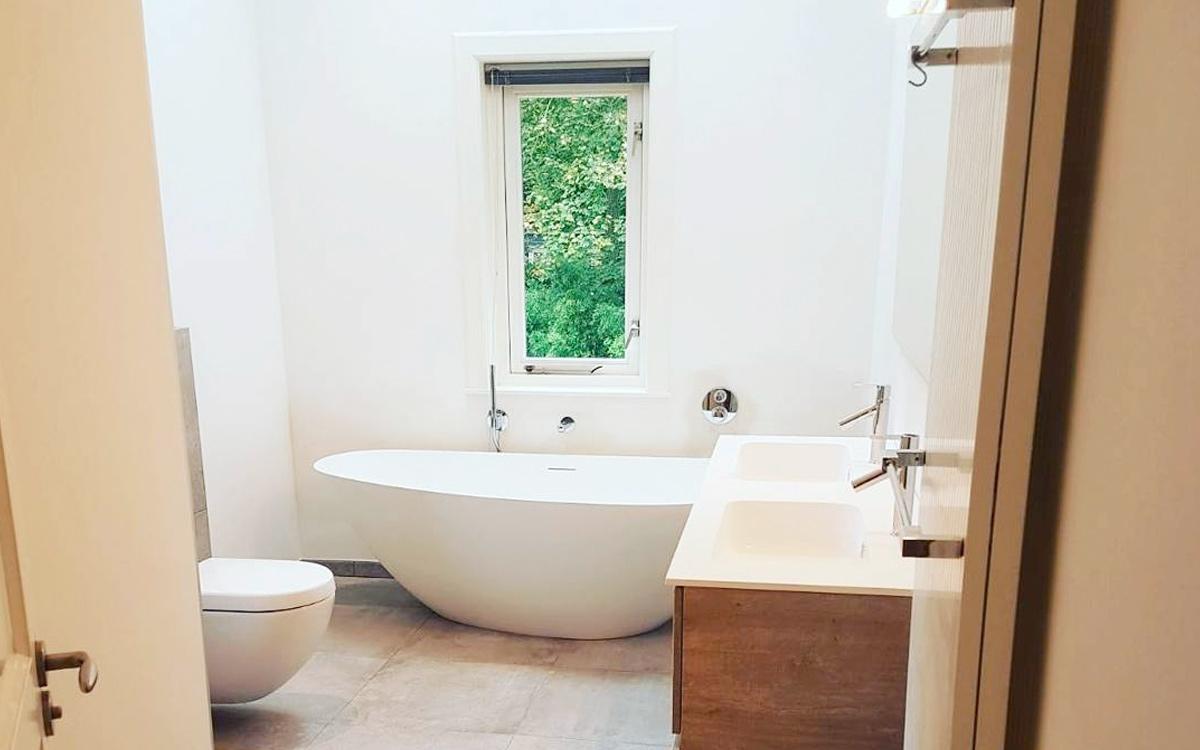 Badkamer met vrijstaand bad in zeist den bosch